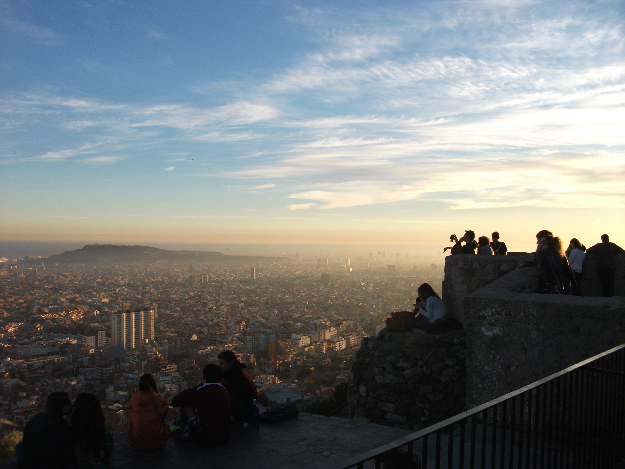 Eine Aussicht über eine Stadt von einem Berg aus