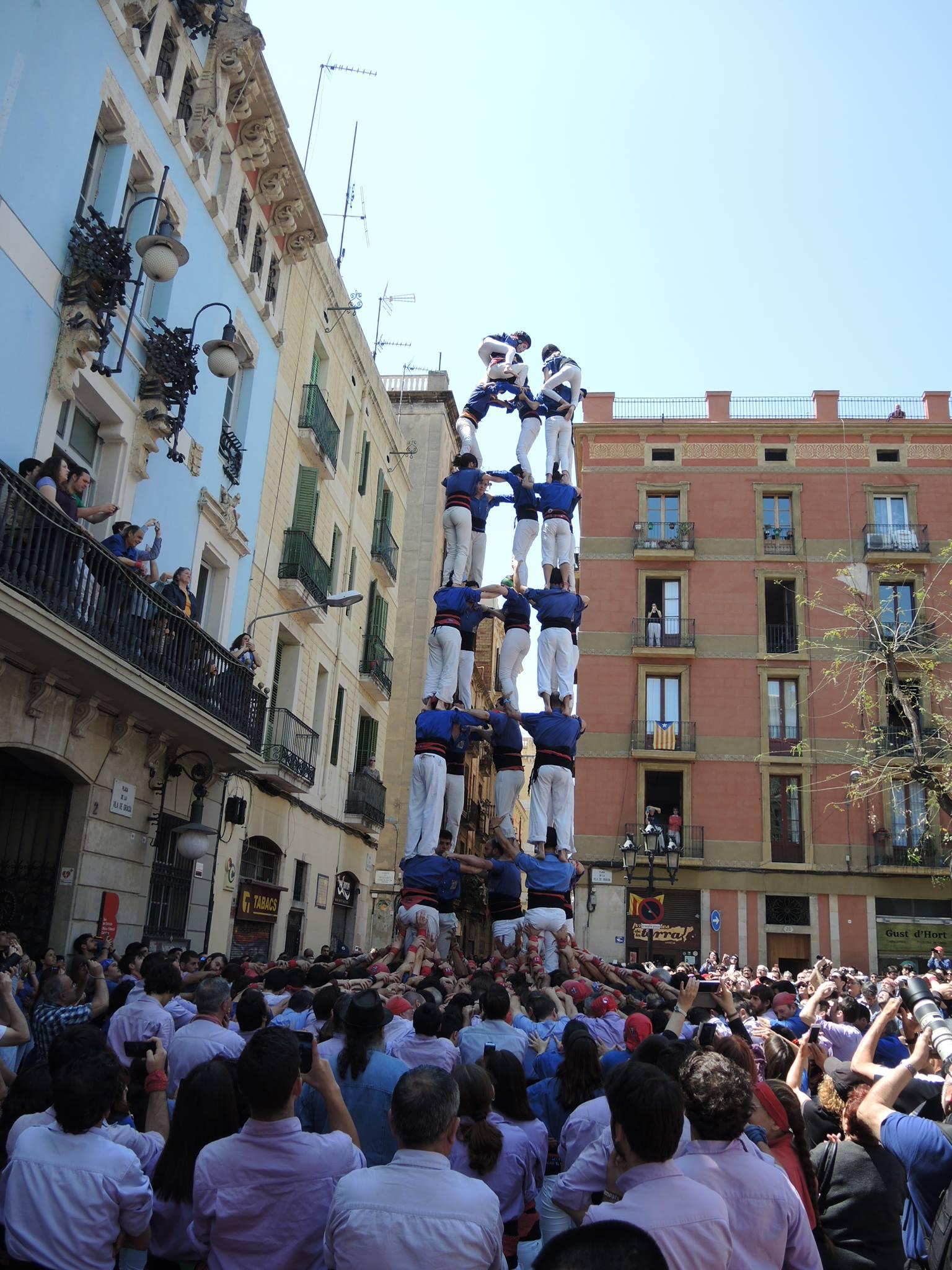 Eine Turngruppe errichtet ein Turm aus Menschen
