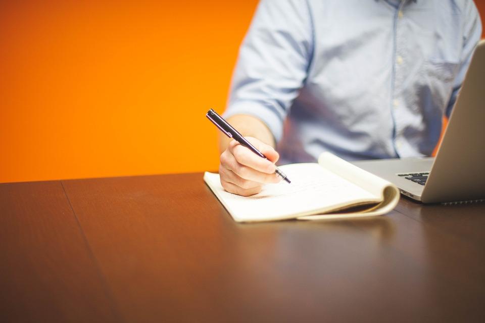 Mann arbeitet mit Laptop am Schreibtisch