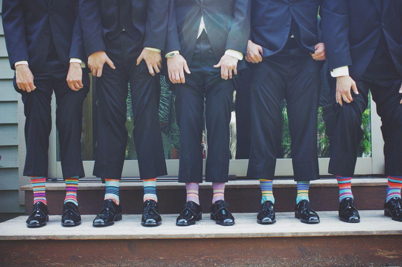 5 Männer mit ihren Strümpfen im Anzug