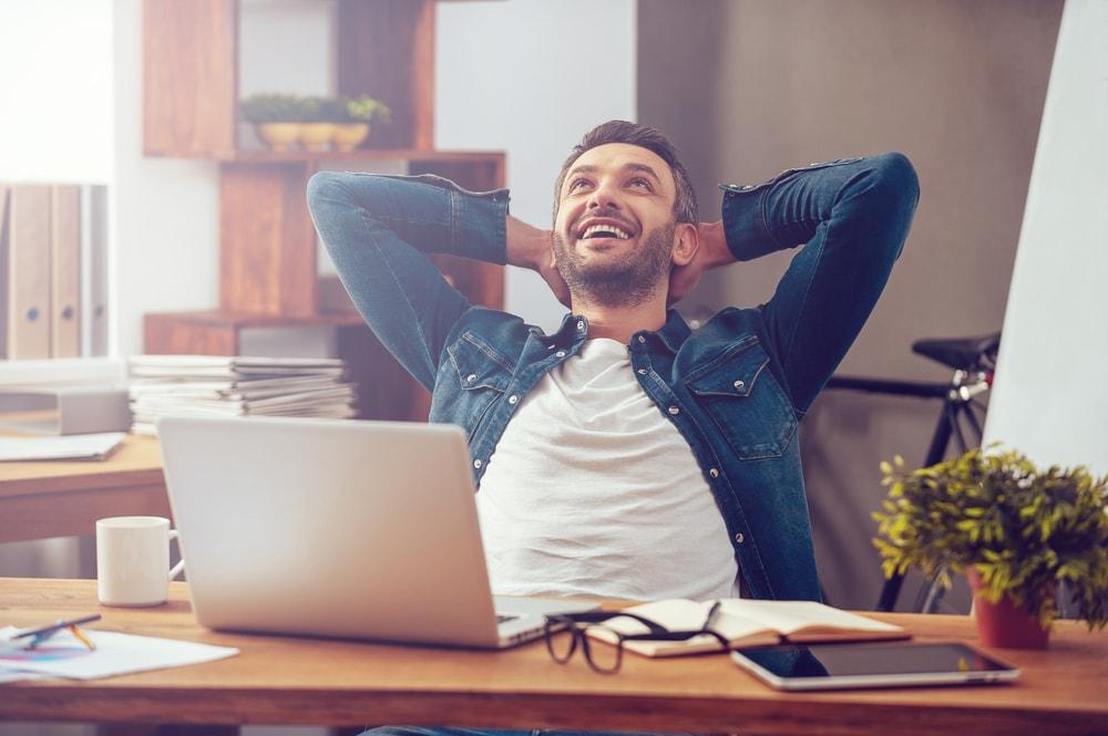 Stress im Studium glücklicher Mann nach Arbeit