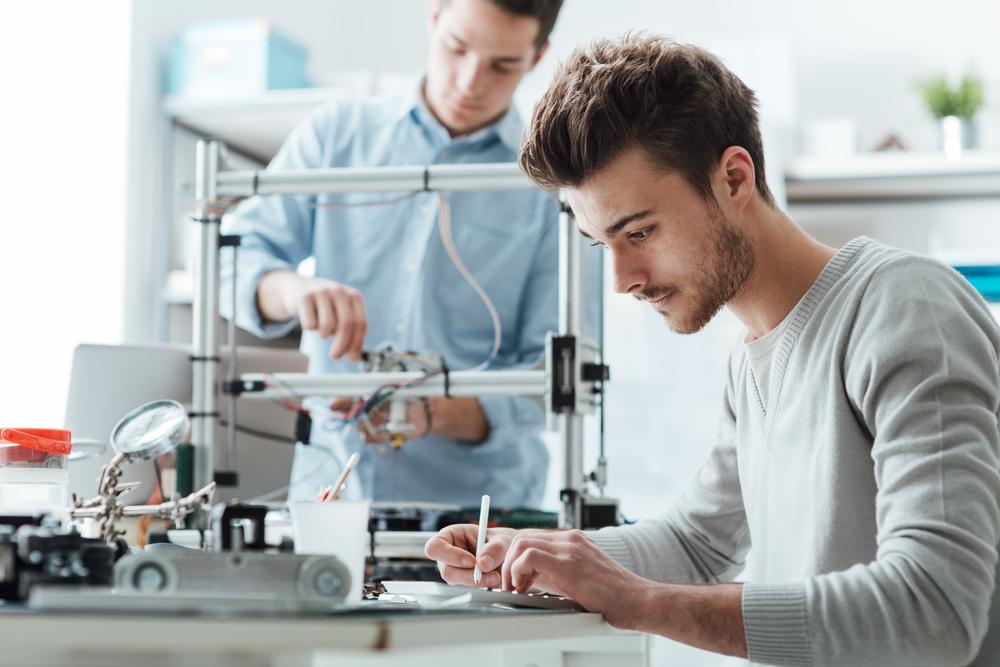 Es sind zwei Männer in einem Labor zu sehen.