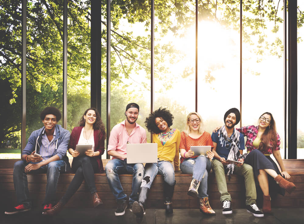 siete jóvenes sentados mirando al frente