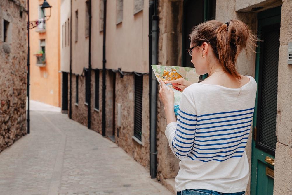 Ein Mädchen läuft durch eine Straße