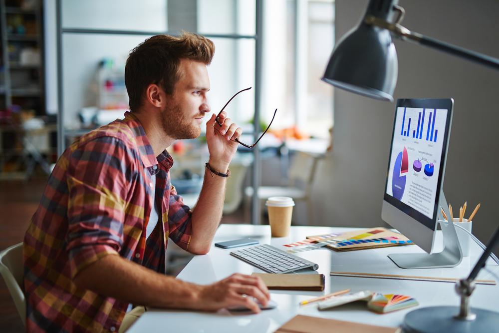 Praktikant beim Arbeiten am Computer