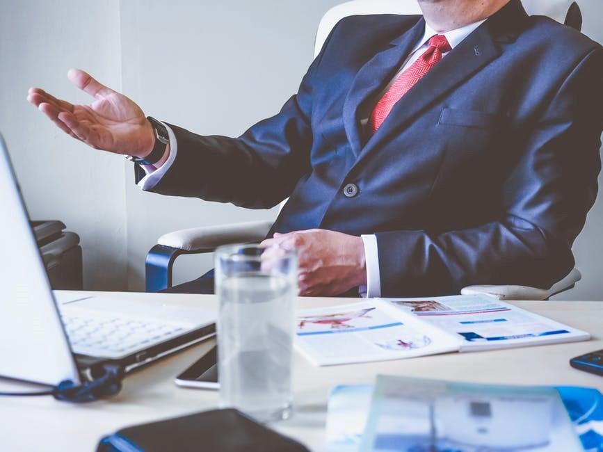 Mann im Anzug beim Bewerbungsgespräch