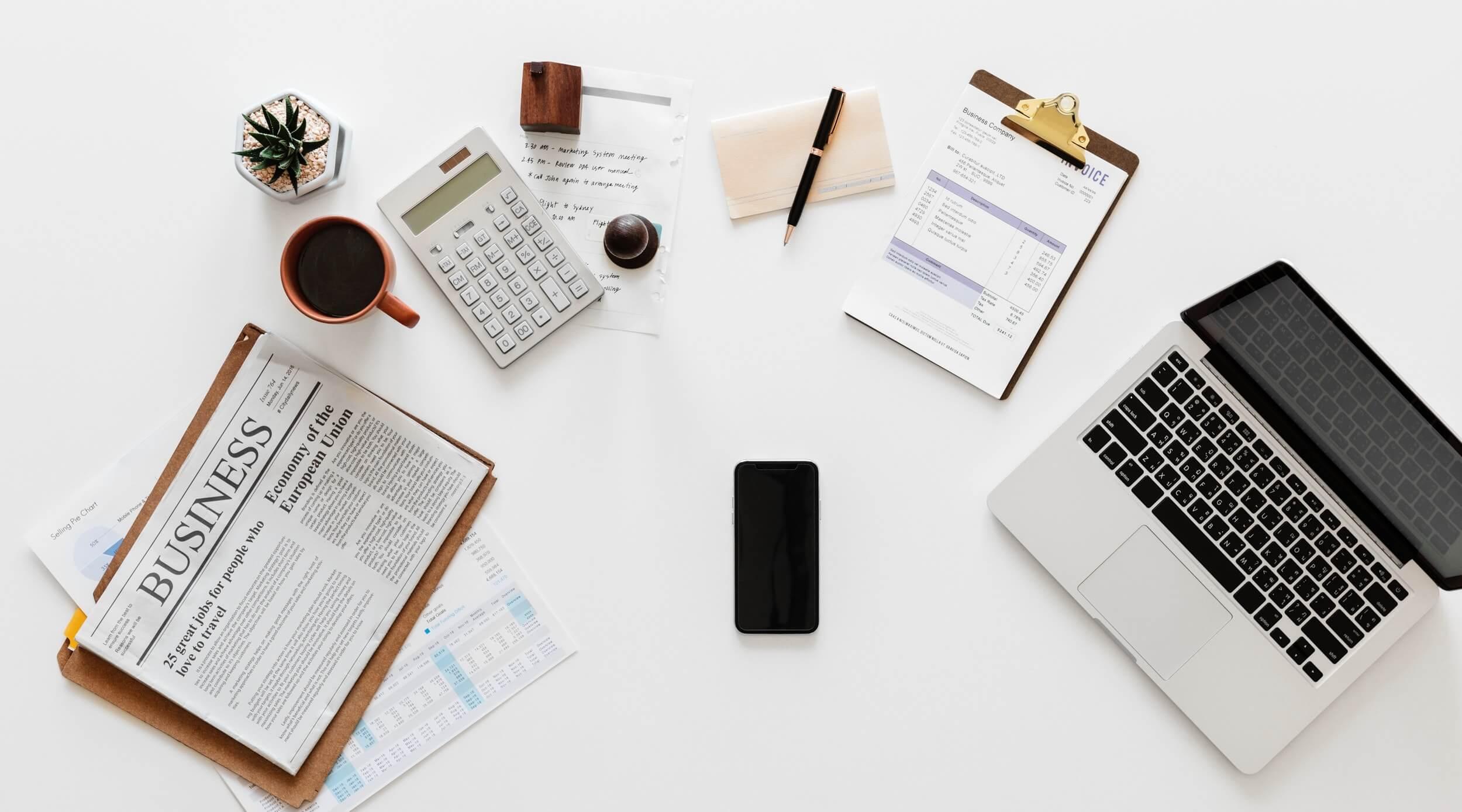 Tisch mit verschiedenen Büroutensilien