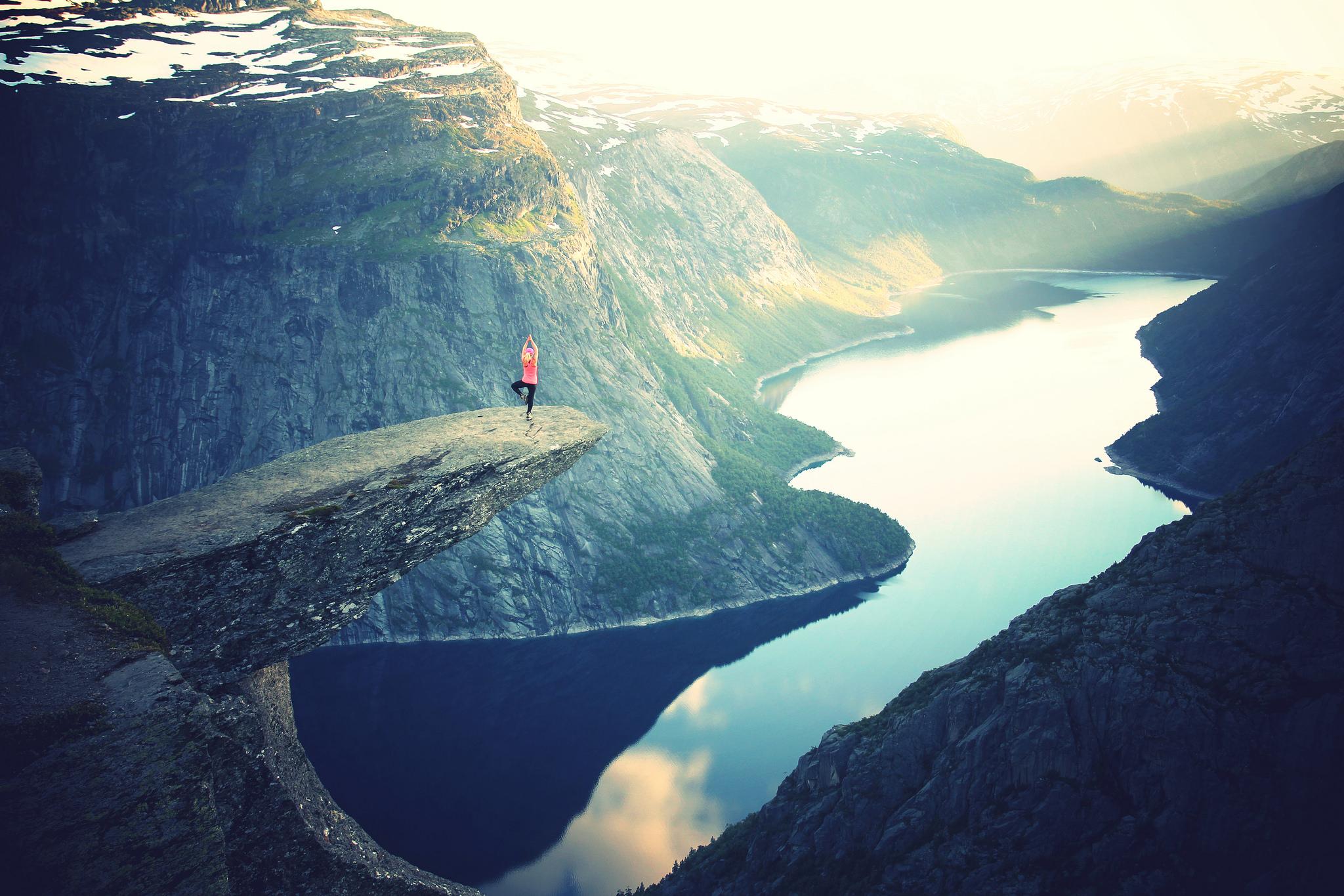Frau meditiert auf Berg