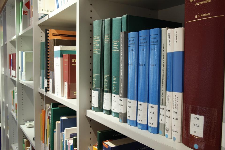Bücher in Bibliothek in der Uni