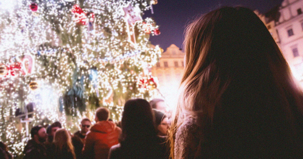 Meisje bij kerstboom