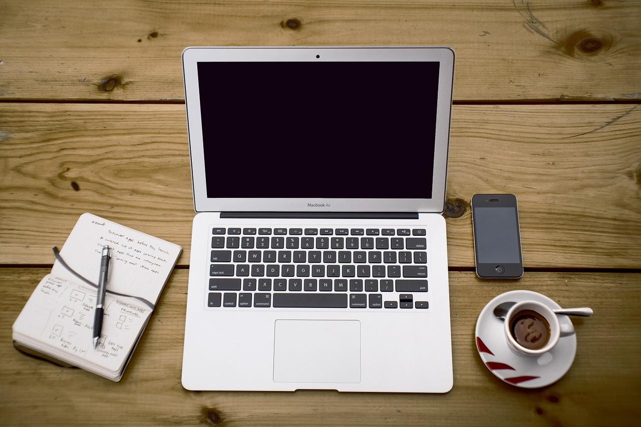 Ein Laptop steht auf einem Tisch