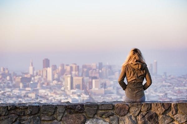 vrouw die uitzicht van stad bekijkt