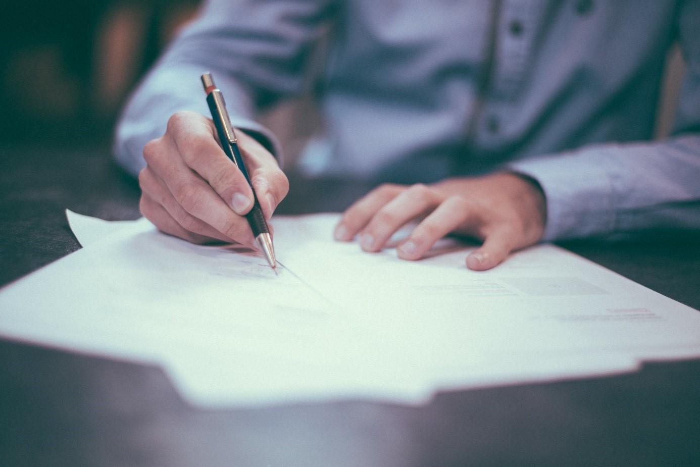 Mann unterschreibt Brief