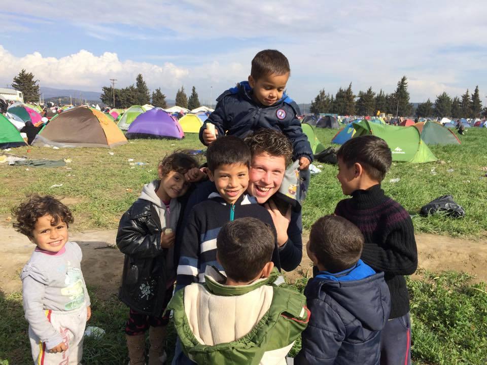 Kinderen in Idomeni zijn blij met Hendrik de Kok