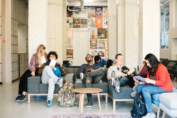 studenten samen op de bank