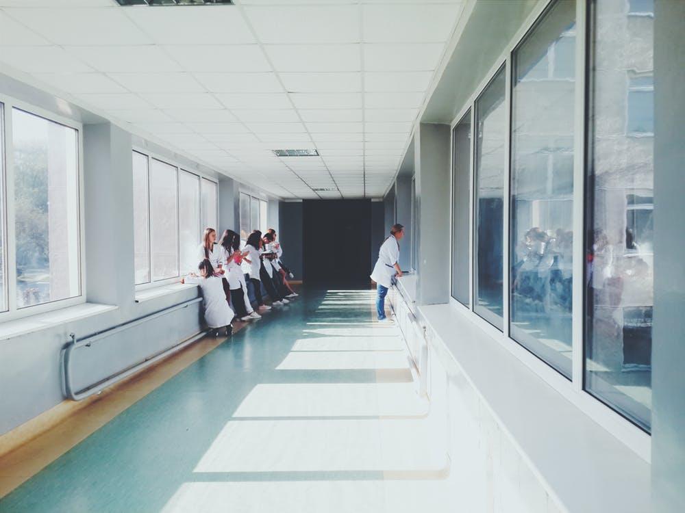 Medizinstudenten sammeln Praxiserfahrung im Krankenhaus
