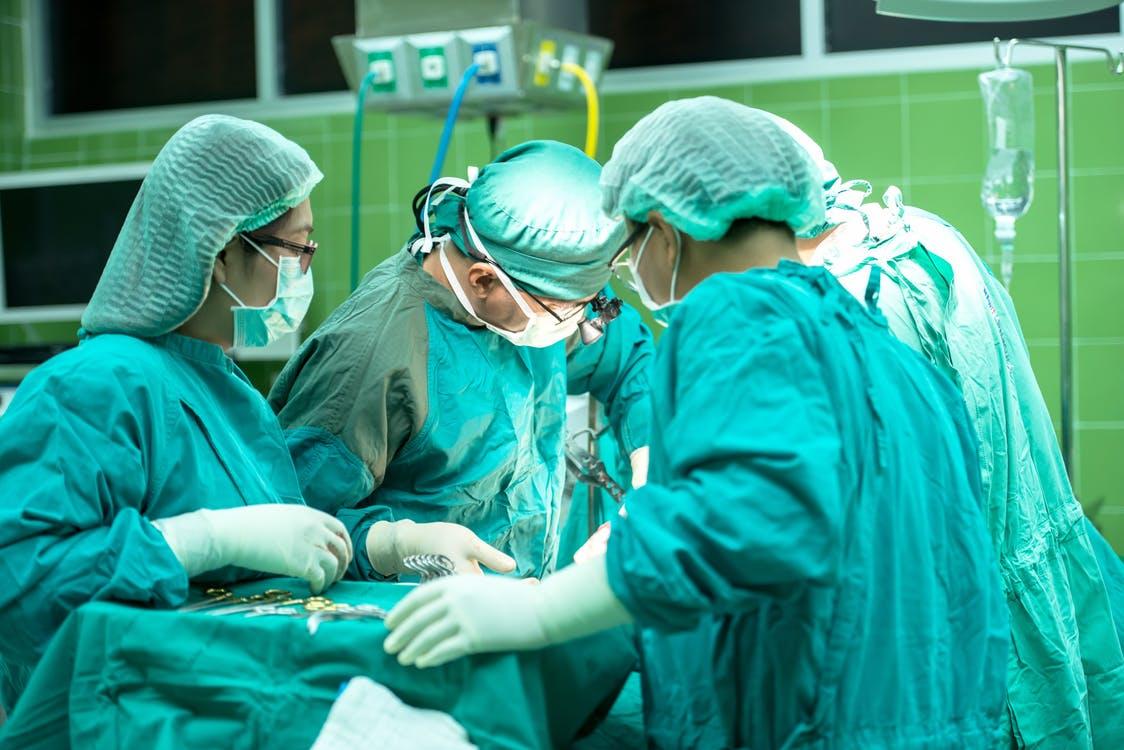 Job für Medizinstudenten als Hakenhalter bei Operationen im Krankenhaus