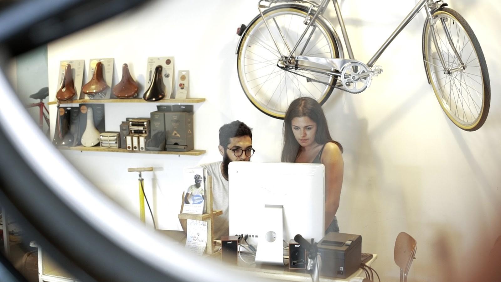 Frau und Mann am Computer, Jobsuche in Spanien