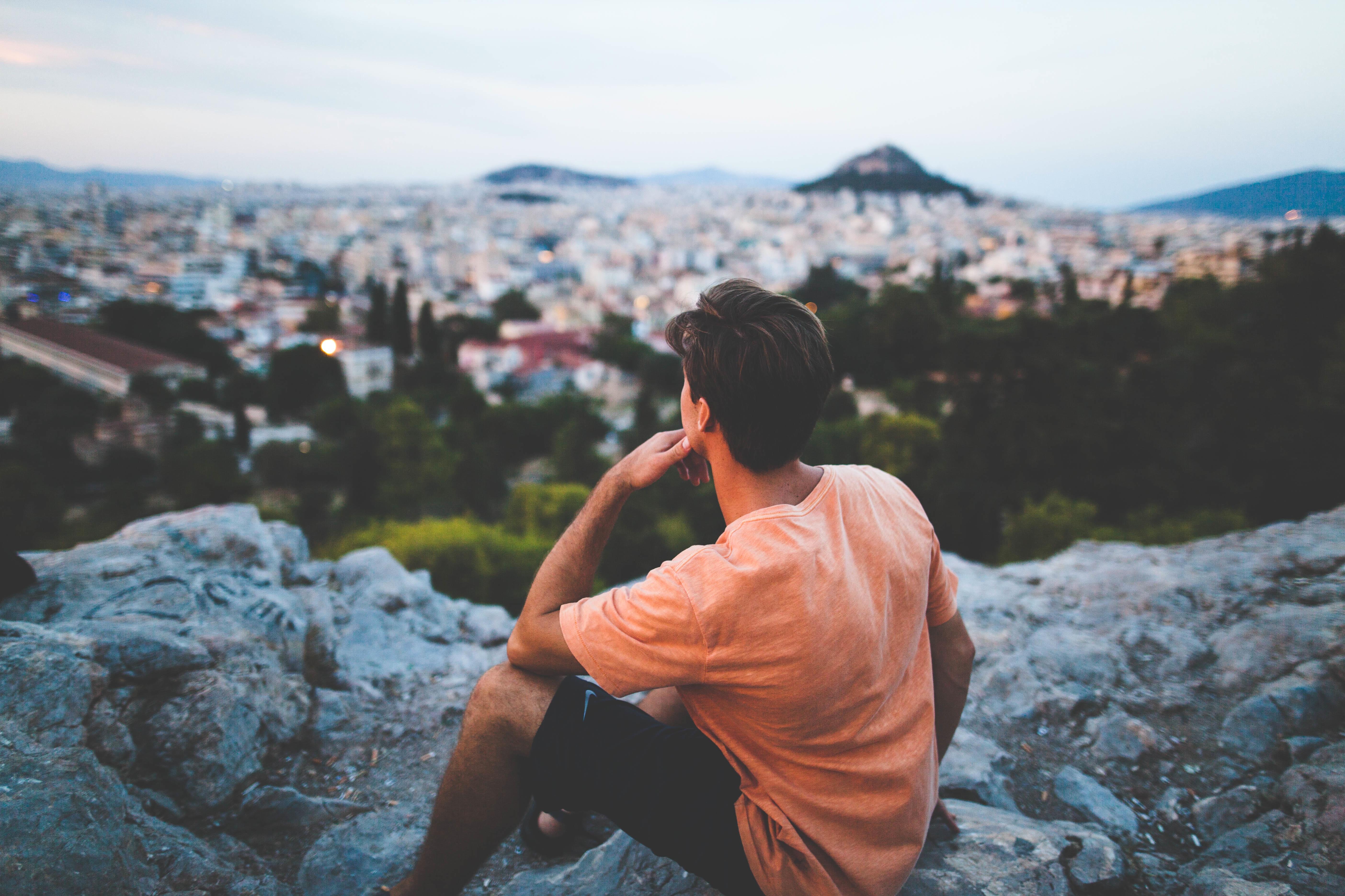 Junge im Ausland