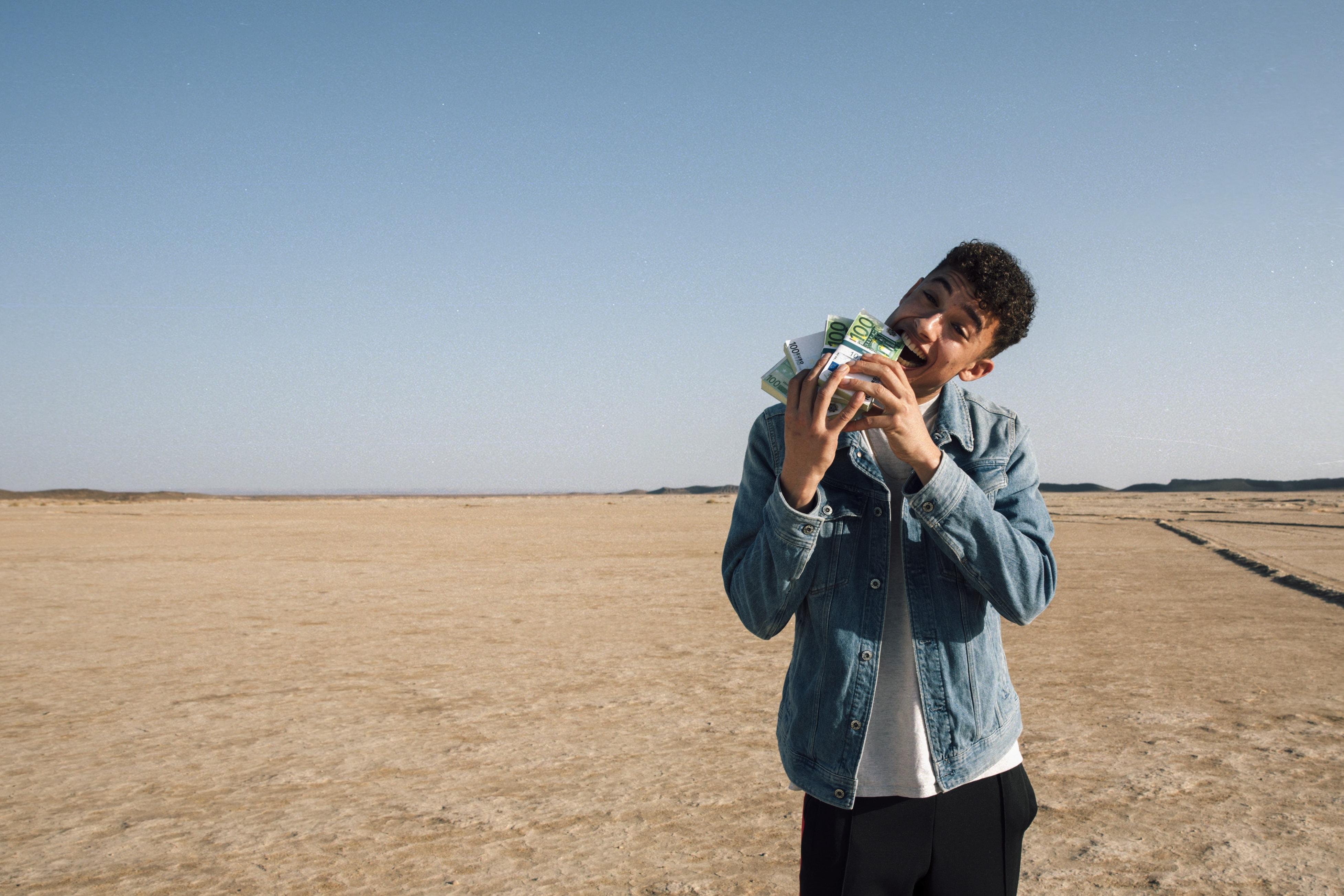 Ein Junge is located in einer Wüste