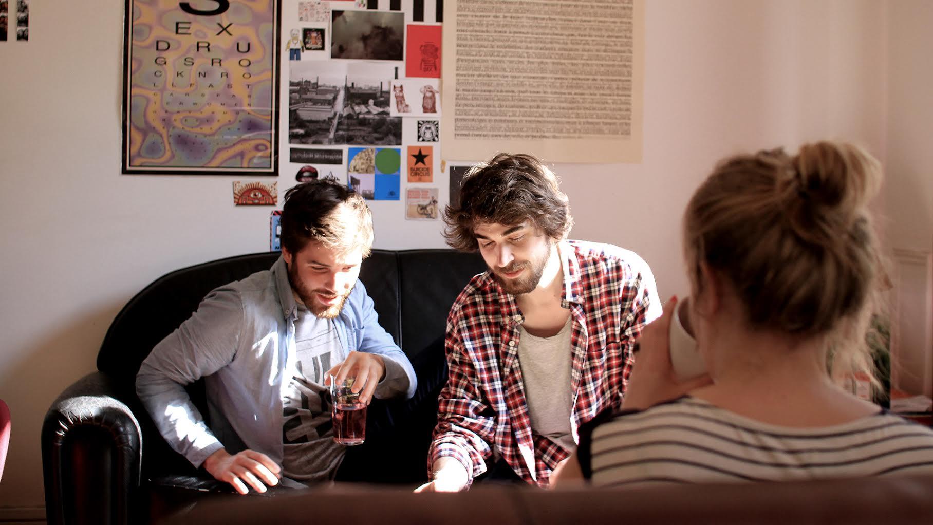 jeunes qui parlent sur un sofa