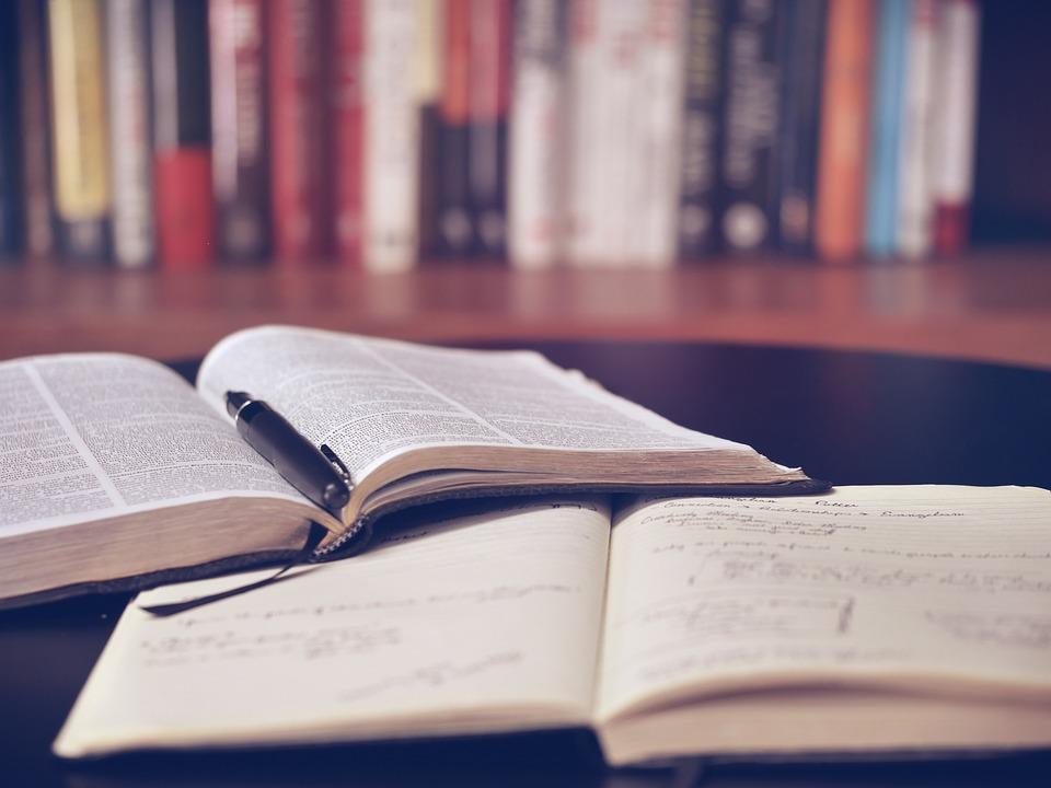 Bücher lie auf einem Tisch