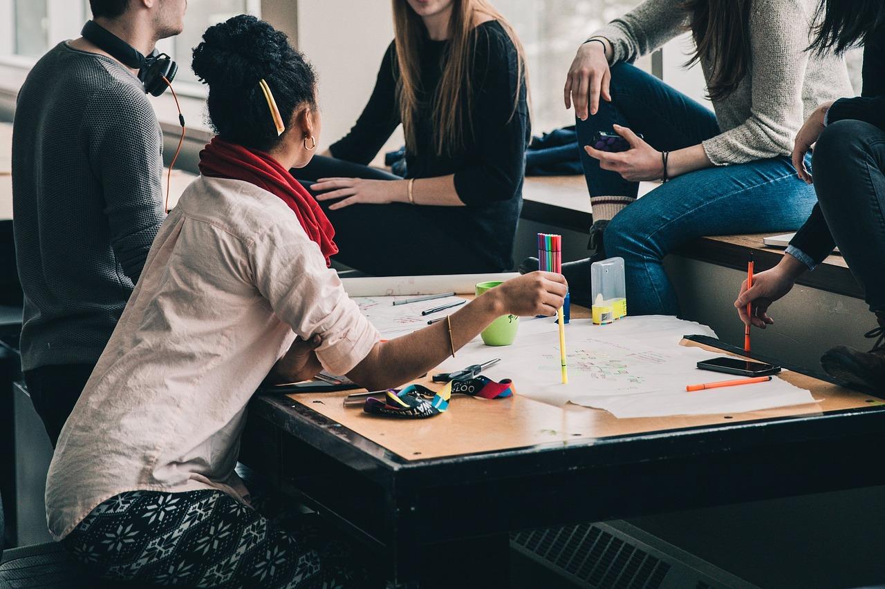 Students beim Arbeiten in Gruppe