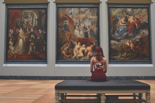 femme regardant une peinture