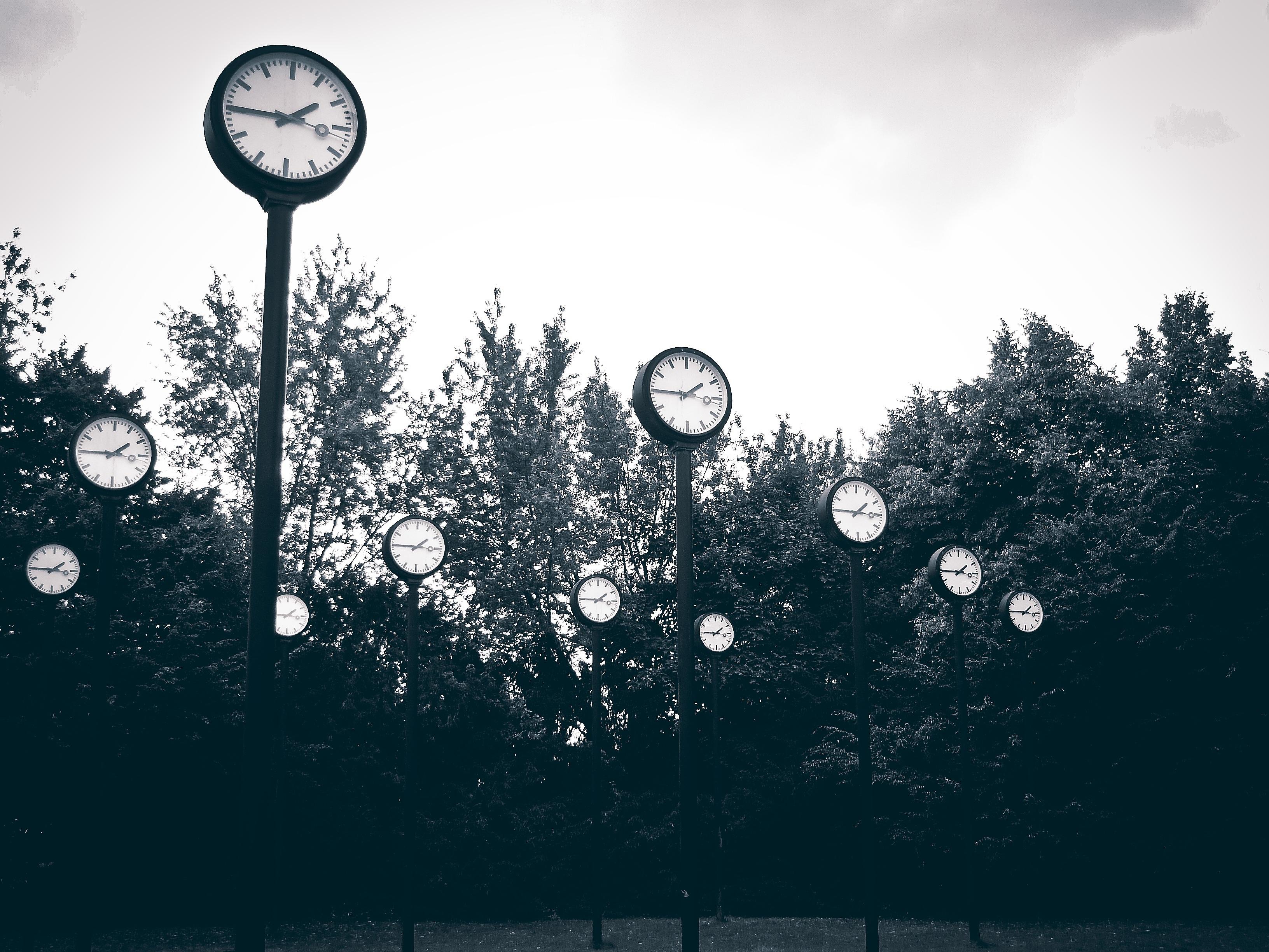 Uhren im Park Zeit
