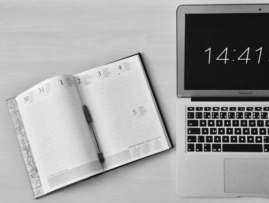 Laptop neben Terminkalender