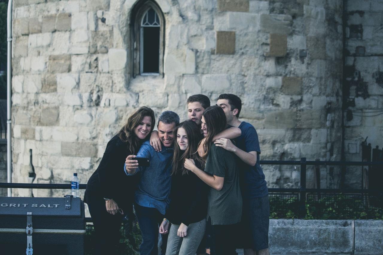 compañeros de piso echándose una foto