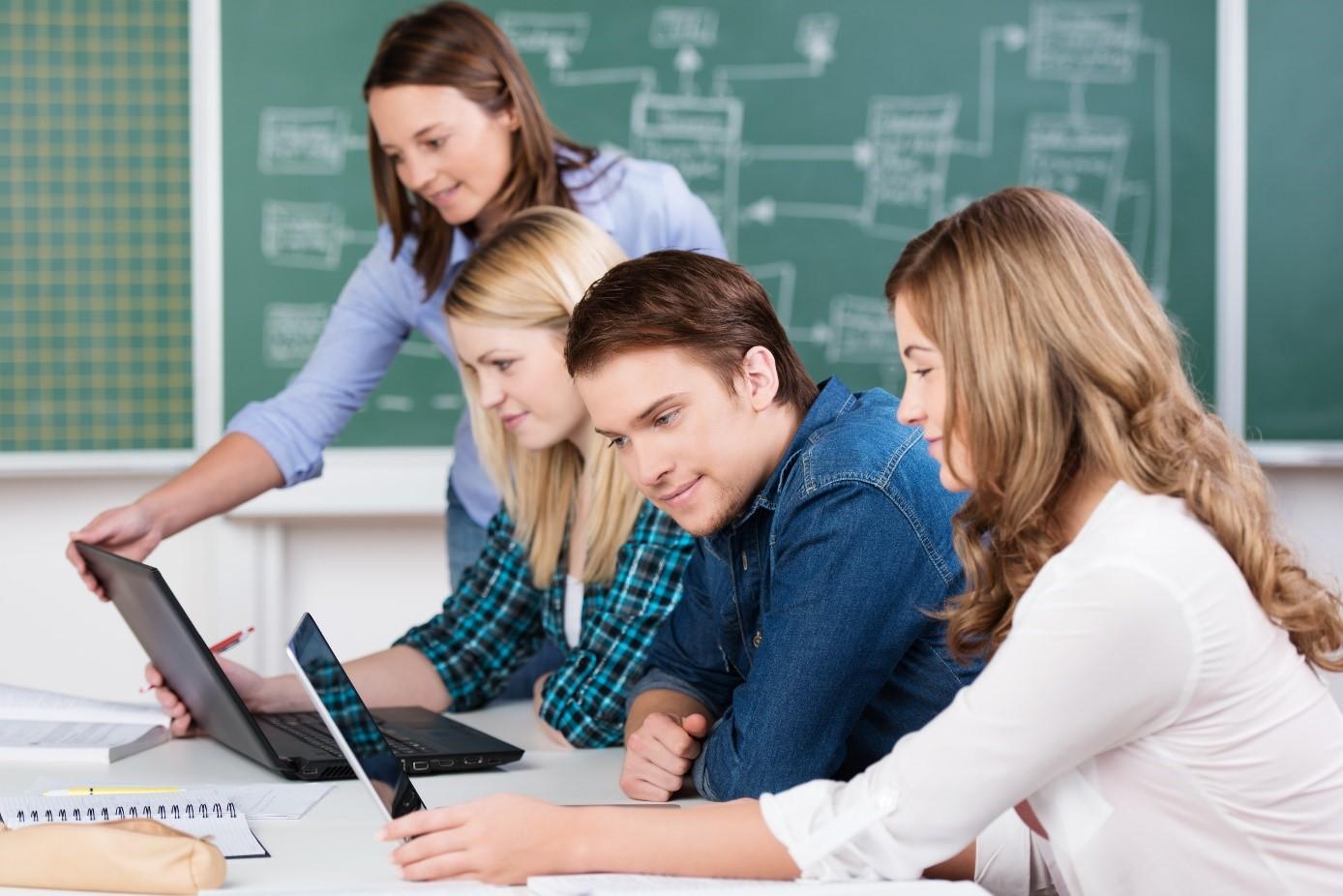 Studenten lernen in Gruppen online