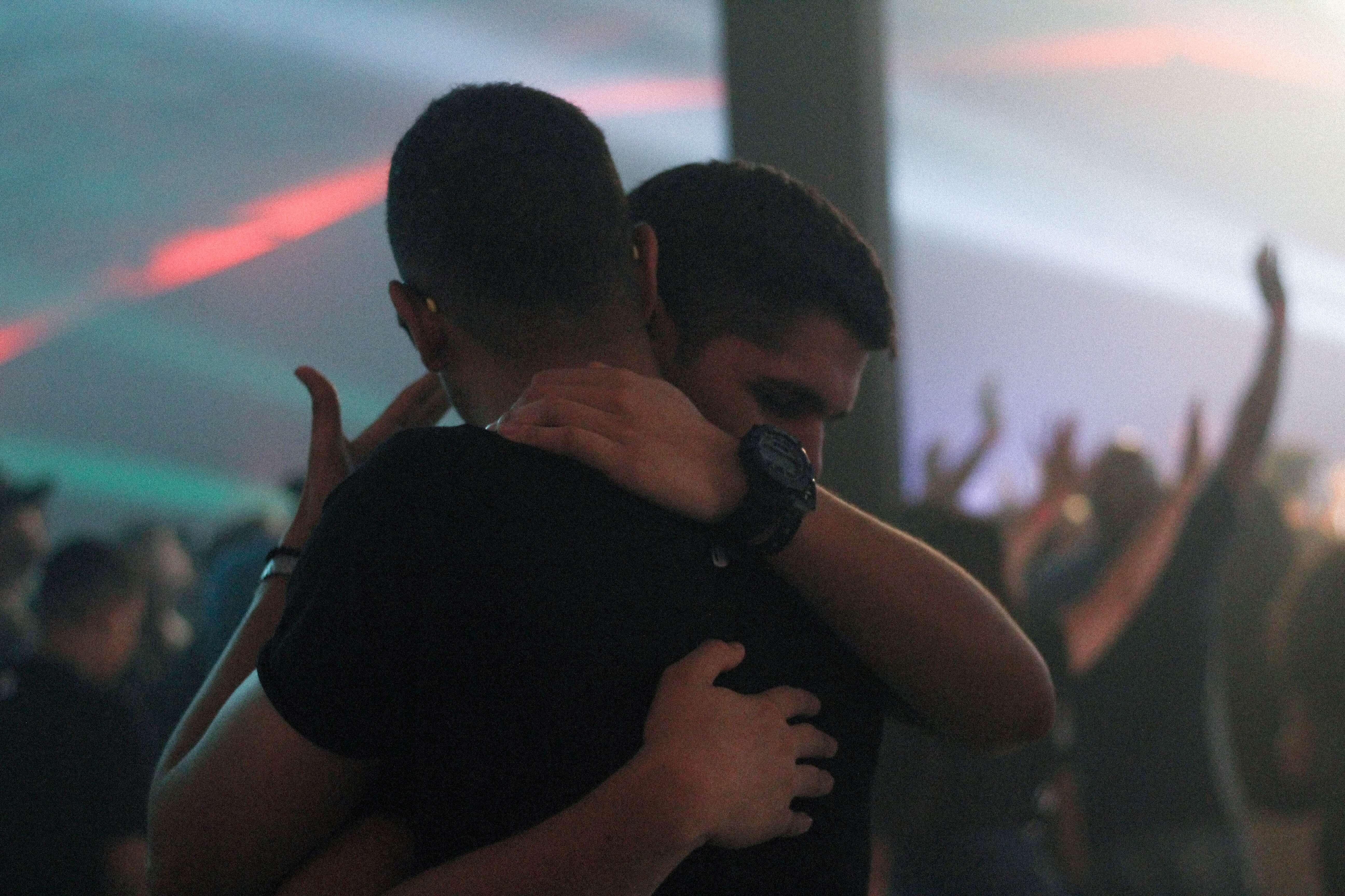 Amigos abrazándose en una fiesta