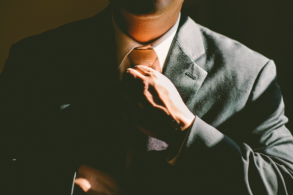 Mann im Anzug Bewerbung