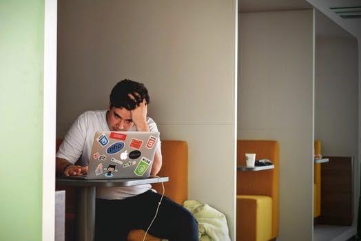 Verzweifelter Student beim Arbeiten am Computer