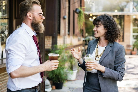 Man en vrouw pratend