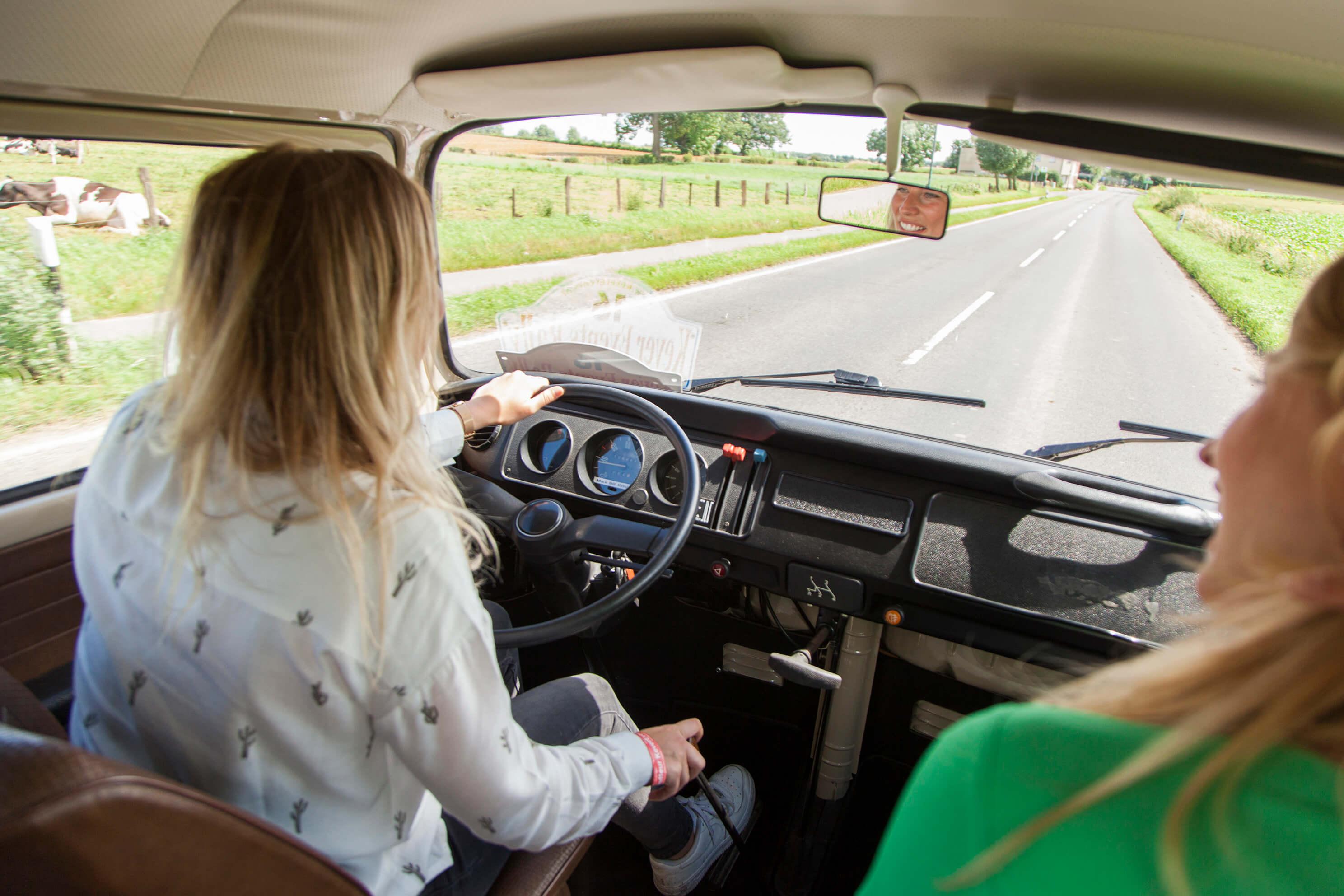 Dos chicas en un coche por la carretera